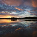 Ostsee bei abendlichen Licht und langer Belichtung,Untergehende Sonne bestrahlt Spiegelung schöner Wolken
