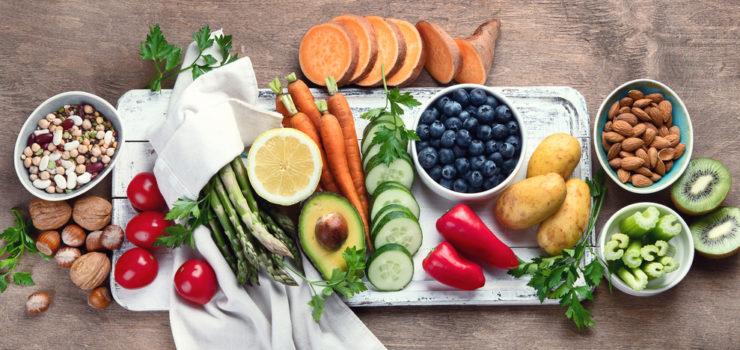 Eine Auswahl an Obst, Gemüse und Nüssen für die Wechseljahre