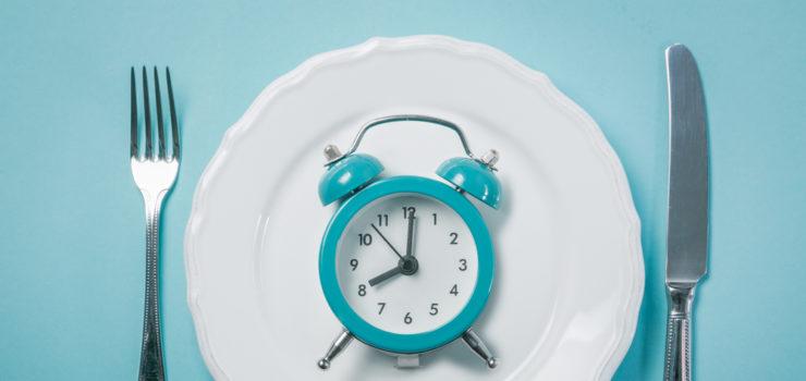 Hier seiht man den Zeitraum den man beim Einhalten des Intervallfastens einhalten sollte, anhand einer Uhr auf einem Teller