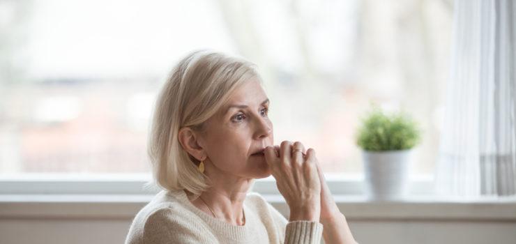 Frau die gestresst in den Wechseljahren ist